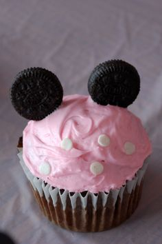 simple minnie mouse cupcakes -- always thought if i have a little girl, i wont her to have a minnie mouse b-day party