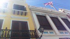 Techo de una residencia en San Juan 10:03, esta bandera esta mal colocada ya que es decorativa y según el reglamento de la bandera no puede ser con el fin decorativo, tampoco puede estar sola sin compañía de la bandera estadounidense y estaba mal colocada tenía la estrella mirando hacia abajo.