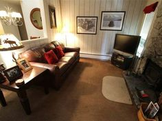 Mammoth Reservations Mammoth Lakes (California) Located in Old Mammoth, this apartment is 2.4 km from Mammoth Lakes. The unit is 39 km from Lee Vining.  There is a dining area and a kitchen complete with a dishwasher, an oven and microwave.