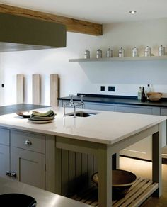 A modern take on the traditional country kitchen. Sharp lines, tonal colour schemes, beautiful hues. Kitchen Paint, New Kitchen, Kitchen Dining, Kitchen Island, Modern Country Kitchens, Home Kitchens, Plain English Kitchen, English Kitchens, Cocinas Kitchen