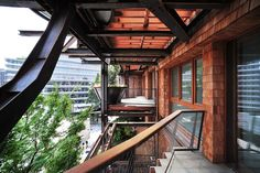 A new house has put down its roots in Turin. Its structure is in steel and it looks like a forest where trees are rooted in terraces with irregular. Green Architecture, Residential Architecture, Architecture Design, Vertical Forest, Green Pictures, Home Fashion, New Homes, House Styles, Modern