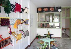 Il temporary restaurant Joy Luck Pie Club a Pechino nel distretto di Dashilar. Lo spazio è stato trasformato e allestito con lo sabello della tradizione cinese Mazha rivisitato attraverso il textile design
