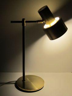 Lampe de bureau métallique bronze du Danemark, conçu par Jo Hammerborg dans les années 1960. Appartient à lâge dor de brouillard & Mørup qui est encore