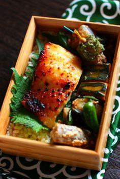 玄米ご飯鱈の西京焼き南瓜の南蛮煮茄子とピーマンの生姜おかか和えコンニャクの土佐和え、あおさ和えたたき牛蒡今日のお弁当の主菜はタラ。和風に「西京味噌漬け焼き」にしました。味噌床の分量は野崎洋光さんの「分とく山の切り身で魚料理」を参考にして、「