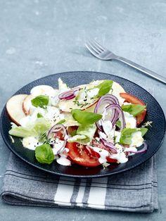 Der Tomaten-Apfel-Salat mit Kräuter-Dressing gehört zu unserer Rohkost-Diät. Alle REZEPTE finden Sie HIER!