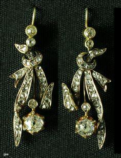 Diamond earrings, UK, ca. 1880, cushion cut diamonds, rose cut diamonds, 18k gold, 35 mm L