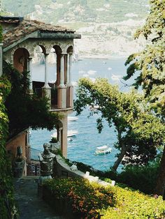 Isn't Lake Como stunning!?  Come join me for a weeklong Creative Retreat in Bellagio, Italy on the shores of Lake Como!  www.akissonthechic.com for details