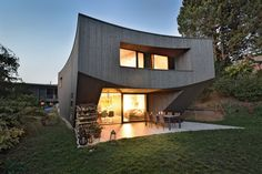 Schwungvoller Solitär – Das Einfamilienhaus Style At Home, Cabin, House Styles, Home Decor, Wood Facade, Future House, Wood Slab, House Entrance, New Construction