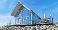 Die moderne Architektur verwöhnt durch die großflächigen Glaselemente mit zauberhaften Ausblicken auf die Ostsee – Baufritz Landhaus Mommsen