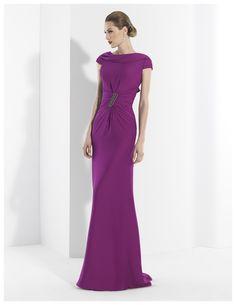 Vestidos de fiesta largo en crepe púrpura con original escote barco.