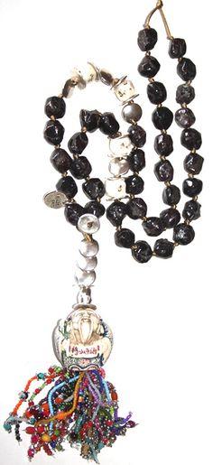 meditas. Esta realizado en hilo de algodón, granate, rocalla, zamak, cristal, resina, piedras semi preciosas, etc.  Medida collar: 100 cm
