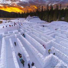 Fot Adam Brzoza fotograf National Geographic Polska @natgeopl  Największy na świecie śnieżny labirynt z 60tyś śnieżnych bloków. O powierzchni 2.5 tyś. metrów kwadratowych. Powstał w Zakopanem. 2016r. #natgeopl #natgeo #snow #labirynt #snowlabirynths #labirynth #amazing #worldrecord
