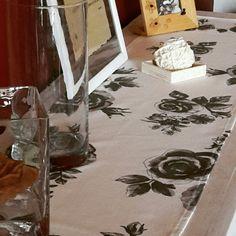 Runner bianco con rose grigie. Stoffa Ikea. Handmade by Ideekiare.