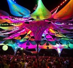 This tent is a installation created for a music festival. In the day it provides shade and at night its colorful and projects patterns onto the fabric in light. Trance, Dj Pult, Goa, Coachella, Psy Art, Fabric Structure, Festival Camping, Glow Party, Festival Decorations