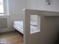 MDR. Casa V. Letto, boiserie e separatore con apertura laccato bianco - white bed and pannel with window. Residenza privata a Milano.