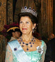 Drottning Silvia bär Leuchtenbergska safirgarnityret.