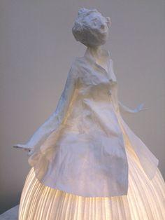 Papier à êtres, poésies sculptées. Sophie Mouton-Perrat et Frédéric Guibrunet donnent vie au papier. Il devient sous leurs doigts sculptures, voici une de leur création Mademoiselle . hauteur : 50 cm