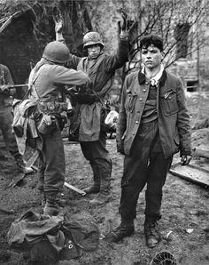 Солдаты 3-й армии США проводят обыск пленных юных немецких солдат в городе Кобленц (Koblenz), Германия. Эти ребята — снайперы, парень справа был ранен ответным огнем союзников. 26 марта 1945 года.