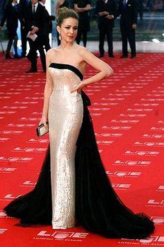 cv/ Otra triunfadora de los Goya 2011 fue Silvia Abascal, ataviada con un espectacular Lorenzo Caprile con un ribete de tul negro que desembocaba en una larga cola, y pailletes color nude en un vestido de corte sirena.
