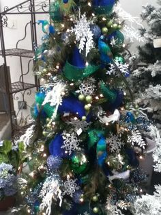 Peacock Christmas Tree Decorations Ideas - Magment Happy New Year Peacock Christmas Tree, Beautiful Christmas Trees, Christmas Tree Themes, Blue Christmas, Christmas Colors, Christmas Tree Ornaments, Christmas Holidays, Christmas Wreaths, Christmas Ideas