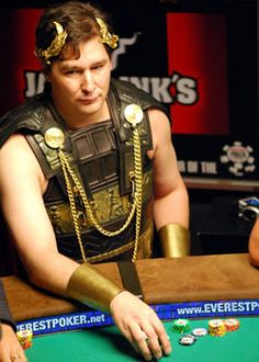 """Esta entre os maiores jogadores de poker da história e um jogador extremamente polêmico. Recordista em número de braceletes do WSOP é conhecido no meio como """"The Poker Brat"""", algo como a criança mimada do poker. O que você faria se tivesse mesma fama de Phil Hellmuth?"""