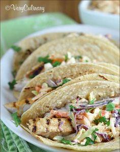 Tacos de pollo asado: 4 tortillas de maíz.  4 onzas de pollo asado y condimentado al gusto. 1 taza de lechuga picada con cilantro y cebolla.  ¡A disfrutar!