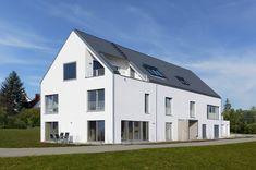 Mehrfamilienhaus Schindele - Baufritz - http://www.hausbaudirekt.de/haus/mehrfamilienhaus-schindele/ - Fertighaus als Designhaus Doppelhaus Modernes Haus Zweifamilienhaus mit Satteldach
