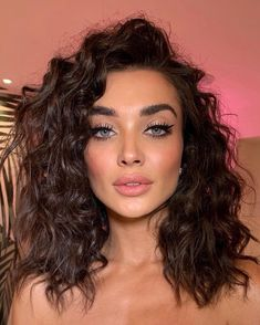 Beauty Curls Make-up Nude lipstick Blush Eye make-up Mascara Eyeshadow Eyeliner Glamorous look Krullen Hair Inspiration More on Fashionchick Beauty Make-up, Beauty Hacks, Hair Beauty, Beauty Skin, Spring Hairstyles, Cool Hairstyles, Quiff Hairstyles, Blonde Hairstyles, Hair Dos