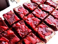 Krémes, nagyon csokis és epres süti egyszerűen, ebből nem fog maradni :) Sweet Cakes, Pound Cake, Bacon, Deserts, Sweets, Beef, Cookies, Cream, Breakfast