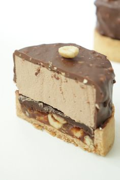 Tartelette Snickers (chocolat, caramel, cacahuètes) - Recette Olivia Pâtisse Baking Recipes, Cake Recipes, Dessert Recipes, Snickers Torte, Patisserie Design, Delicious Desserts, Yummy Food, Book Cakes, French Desserts