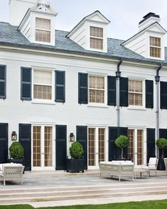 white house, black shutters and black roof, raised back patio? Design Exterior, Interior And Exterior, Exterior Windows, Exterior Paint, Style At Home, Renovation Facade, Outdoor Spaces, Outdoor Living, Black Shutters