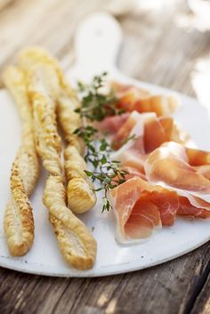 Butterdeigpinner med parmesan Parmesan, Tapas, Sausage, Pudding, Snacks, Ethnic Recipes, Desserts, Food, Tailgate Desserts