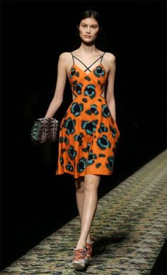 Kenzo - love this snazzy orange and simplistic bold printed dress Tribal Trends, Fashion Gallery, Catwalks, Fashion Weeks, Kenzo, London Fashion, Orange Color, Spring Summer, Strong