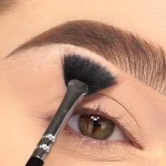 make up videos Stunning Smoky Eye Makeup Tutorial Eyebrow Makeup Tips, Makeup Eye Looks, Eye Makeup Steps, Beautiful Eye Makeup, Makeup Tricks, Cute Eye Makeup, Makeup Hacks Videos, Gold Makeup, Skin Makeup