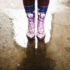 NAUTICAL 🎀 🌸Blossom in the Rain ☔️ Même sous la pluie, on peut essayer d'être girly 😉 Je porte ici mes bottes de pluie Aigle de sa collaboration avec les jardineries Truffaut, une vraie petite merveille fleurie comme j'aime et comme toujours, d'un confort absolu. Merci à mon adorable et talentueuse photographe et amie @isa_rocha_lens qui a réalisé ces jolies photos, une mise en lumière parfaite de Paris et de l'image Parisienne Girly 🙏🏻😘⚓️ . #VerasOutfits . . . #paris #parisjetaime…
