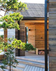 Sauna ja saunatupa Helsingin saaristossa Tyni House, Tiny House Cabin, Modern Log Cabins, Outdoor Sauna, Scandi Home, Weekend House, Modern Ranch, Modern Cottage, Building Exterior