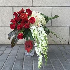 #florale #interior #design #flower #wedding #idea #red #roses #white #orchids #love #amour #art #creative #decoration #deco #vase Beautiful wedding bouquet in red and white tones.