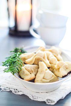 Små napoleonshatte med marcipan. En simpel tørkage, som smager skønt. Bag dine egne små udgaver med denne opskrift.