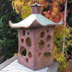 Lucerna do zahrady Je to fakt kusan, taky se pěkně pronese , proto poštou… Ceramic Birds, Ceramic Pottery, Pottery Art, Ceramic Art, Japanese Stone Lanterns, Pottery Houses, Ceramic Lantern, Garden Lanterns, Clay Houses
