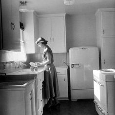 Visualizza questa fotografia stock relativa a Housewife And Mother Barbara Barkin 25 Washing Dishes In Her Bright New Kitchen In Brand New Assembly Line Built Mobile Home. 1940s Kitchen, Old Kitchen, Vintage Kitchen, Retro Kitchens, Kitchen Decor, Vintage Appliances, Vintage Mom, Dream Kitchens, Vintage Vibes