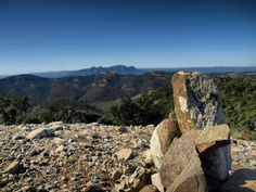 Després del Pla dels Ginebrons, en direcció a Can Pèlags, tot just abans de baixar per la canal del Cargol, tenim una balconada amb unes magnífiques vistes des de les que podem observar la muntanya de Montserrat. Foto Sergi Colomer