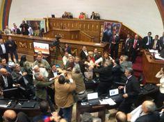En fotos y video: así fue la trifulca de ayer en la Asamblea Nacional