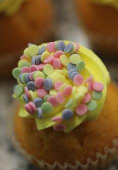 Cupcakes with sugar confetti / Cupcakes mit Zuckerkonfetti-Dekoren