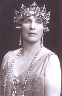 Victoria Eugenia of Battenberg, Queen of Spain, not sure if theyre a diamond riviera, a long one or pearls, either way its breath taking~