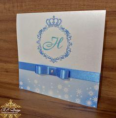 Transformando o seu sonho em convites! <br> <br>Convite Coleção Royal Mini <br>Dimensão 14,5 x 15 cms Fechado e 29 x 15 cms Aberto <br> <br>Produzido com o Papel Aspen .*Brilhante*. <br> <br>*Todos os convites Acompanham; <br>::Tags com os nomes dos Convidados, <br>::Fitas/ Laços e Strass, <br>::Embalados com saquinhos transparentes. <br> <br>O prazo para produção são de 10 dias úteis contados após aprovação da prova virtual.