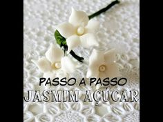 Acesse: http://www.eduk.com.br/cursos/6-gastronomia/1754-bolos-florais-para-casamento-com-serafina-checo Depois do vestido da noiva, o bolo é sempre o protag...