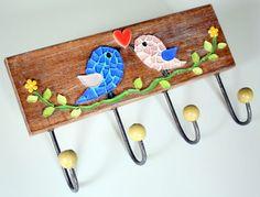 Cabideiro em madeira maciça, com mosaico feito em pastilhas de vidro e coração em cerâmica japonesa.  Vem com quatro ganchos de ferro com bolinhas de madeira. Ideal para organizar bolsas, roupas, capas de chuvas, toalhas...   Tamanho: 17 cm de largura x 18 cm de comprimento.
