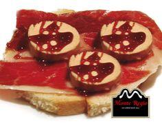 Tosta de jamón ibérico Monte Regio con foie sobre base de confitura de tomate ¡Un complemento ideal a cualquier hora del día!