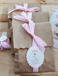 Paper packages tied up with string Creative Gift Wrapping, Creative Gifts, Decorated Gift Bags, Diy And Crafts, Paper Crafts, Fabric Gifts, Cute Packaging, Party Kit, Diy Birthday