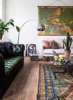 ein dunkelgrünes getuftetes Ledersofa für ein Boho-Zimmer mit viel Grün in Töpfen